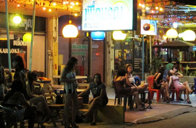 バンコクからバス、列車、タクシーチャーターなどで2時間ほどで地方情緒と田舎娘を堪能できる