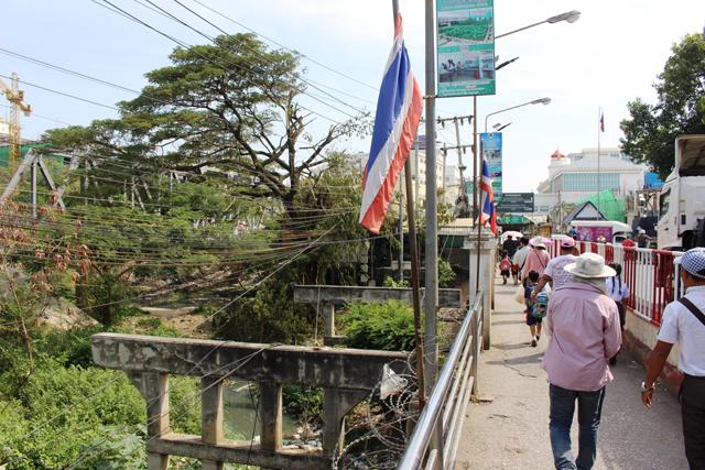 タイとカンボジアの国境には小川が流れている。そこにかかる橋を渡って出入国する