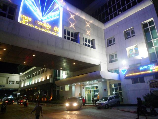 ネオンに彩られたカジノホテルがいくつも並ぶポイペト。怪しい連中もうろついているので注意