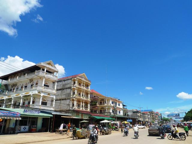 ポイペトのメインストリートには小さなホテルや旅行会社などが立ち並ぶ