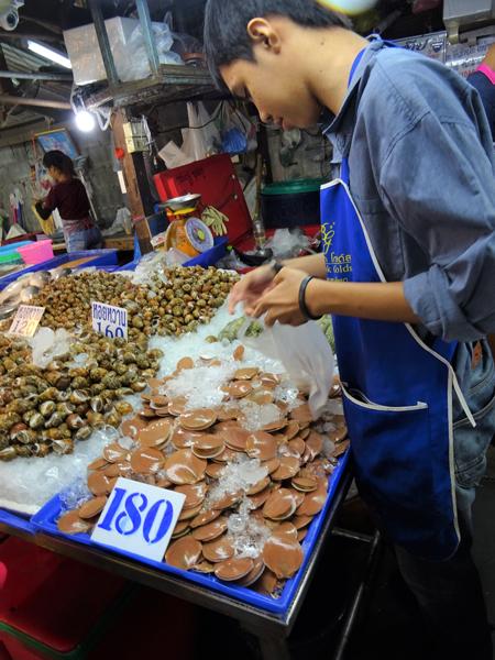 タイに限らず東南アジアは貝好きが多いが、鮮度管理は疑いたい。