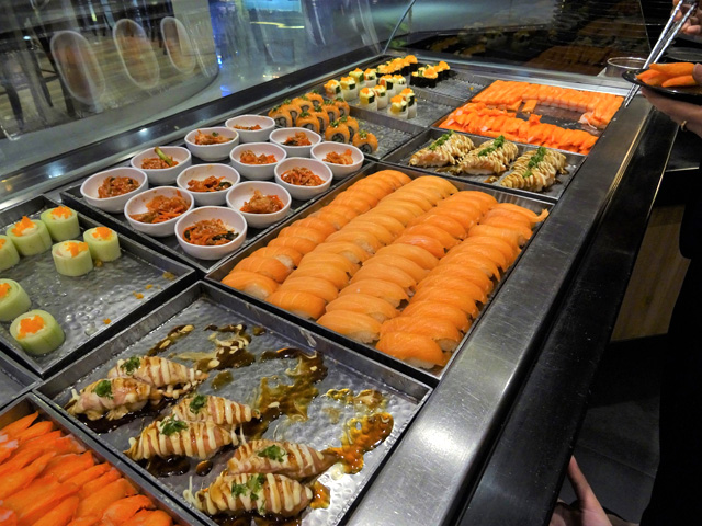 カウンターに並ぶ寿司。