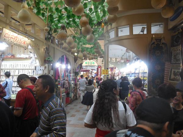 観光客が多い、ウルムチのウイグル人・バザール