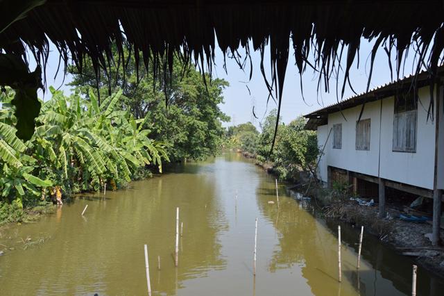 「アードゥアン・ポーチャナー」の裏手は運河なのか池なのか。