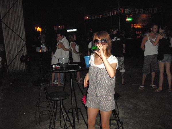 2010年(平成22年)、サムイ島で新月の夜に行われるブラックムーンパーティー。現在はパンガン島で行われている。