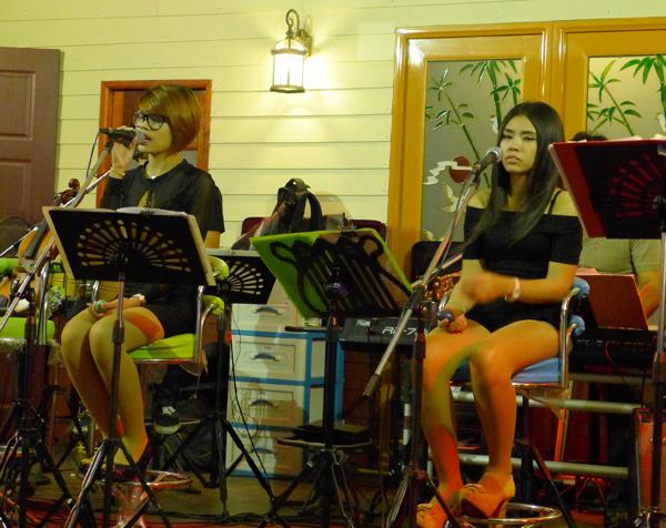 マーケット近くのパブではライブのステージが。ダサイ田舎女子が歌っていた