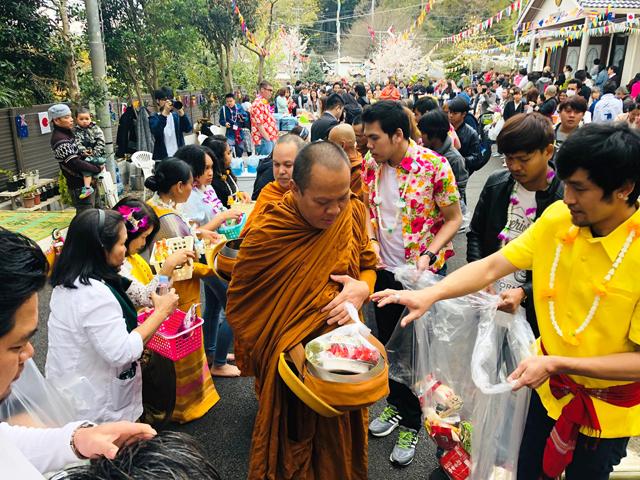 列になって進む僧侶に、人々が喜捨をする。タイとまったく変わらない托鉢が行われた