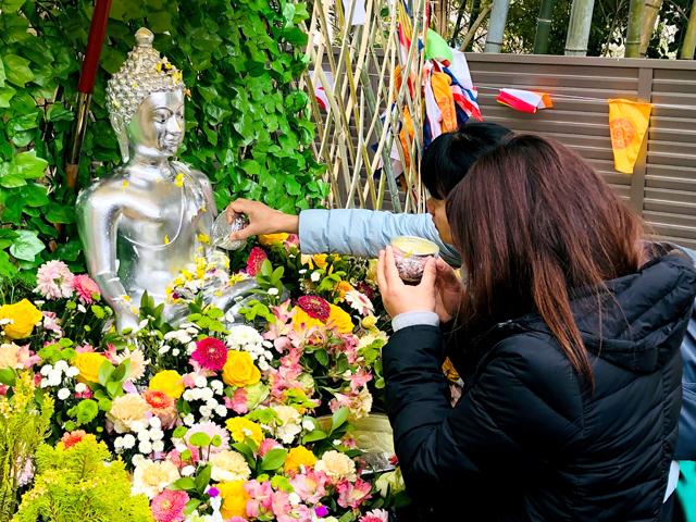 仏像に聖水をかける。ソンクラーンの水かけとは本来こういうものなんである