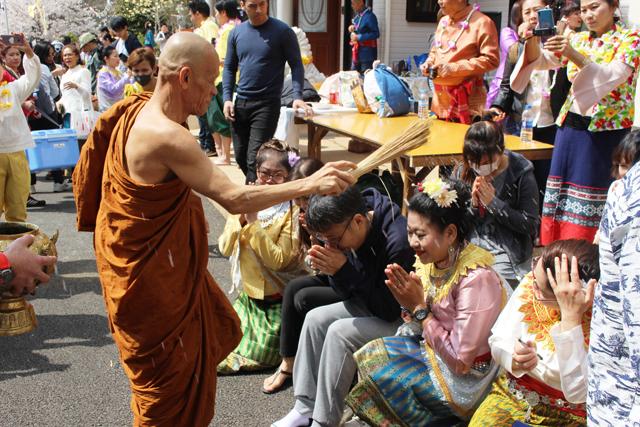 祝福の聖水をふりかける僧侶。これで今年も災厄なく過ごせるだろう