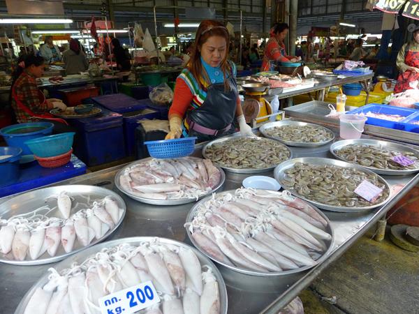 シーラチャの市場は海産物が山盛り。せっかく行くならぜひ活気ある早朝に