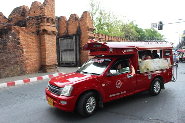 ターペー門の前を流す赤いソンテウはチェンマイの象徴ともいえる